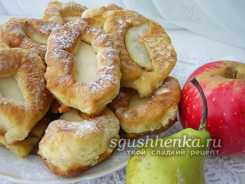 оладьи-ватрушки с фруктами на сковороде