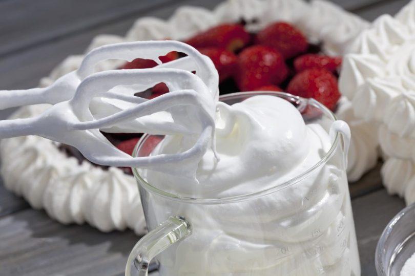 Как взбить белки с сахаром в густую пену блендером