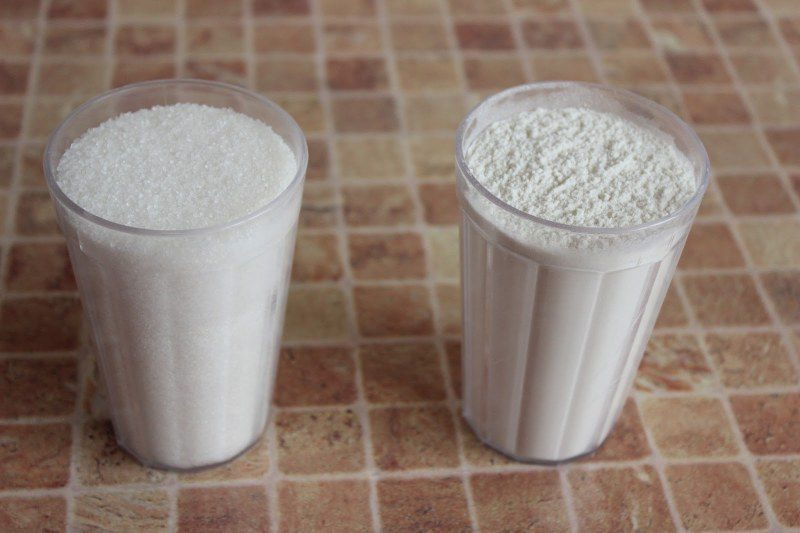 стаканы с мукой и сахаром