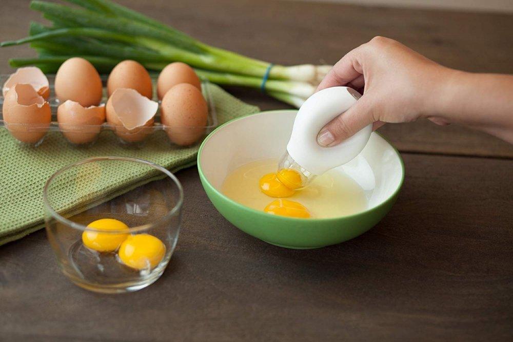 Как отделить желток от белка в сыром яйце в домашних условиях