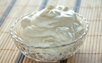 Как взбить сливки 33 в крепкую пену для торта с сахаром, чтобы получился густой крем
