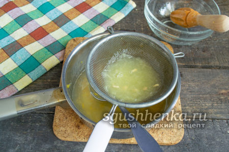 Через сито влить лимонный сок