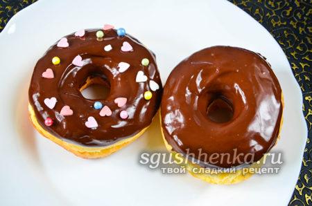 опустить пончики в шоколадную глазурь