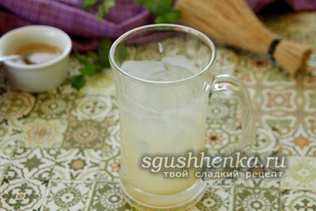смазать стакан карамельным соусом