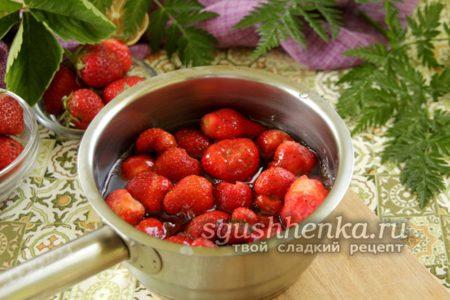 В сироп опускаем ягоды