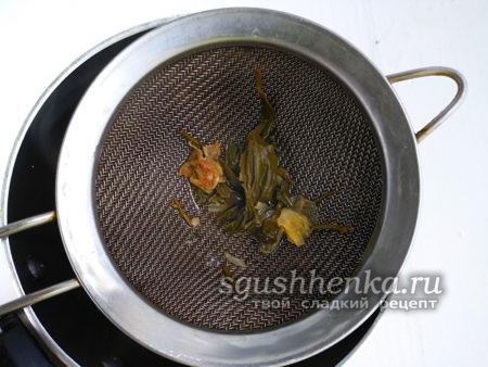 смешать между собой чай и сироп