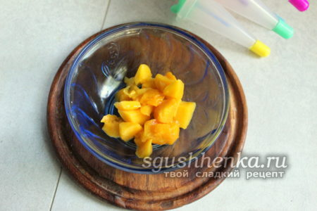 манго переложить в миску