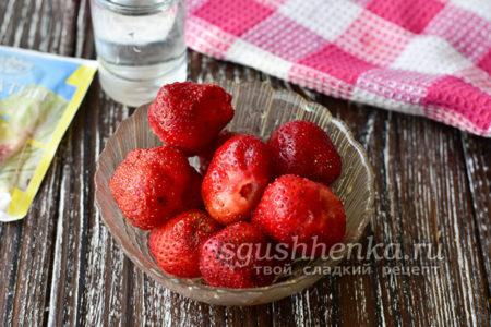 промыть ягоды водой