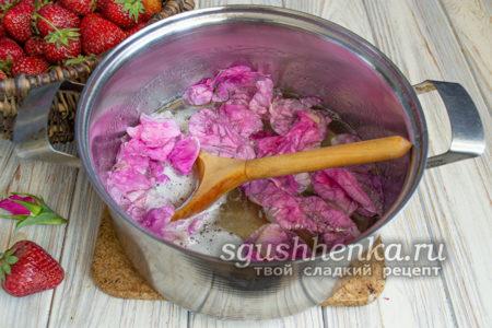 лепестки роз отправить в кастрюлю