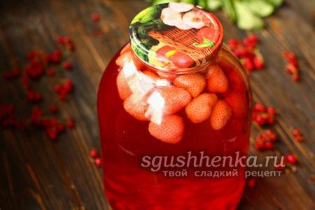 клубничный компот с красной смородиной