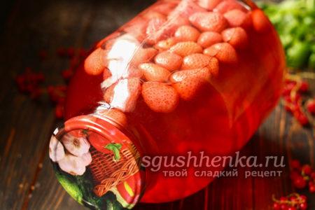 компот из клубники и красной смородины