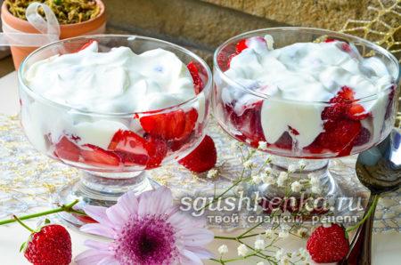 десерт из клубники со сметаной и сахаром