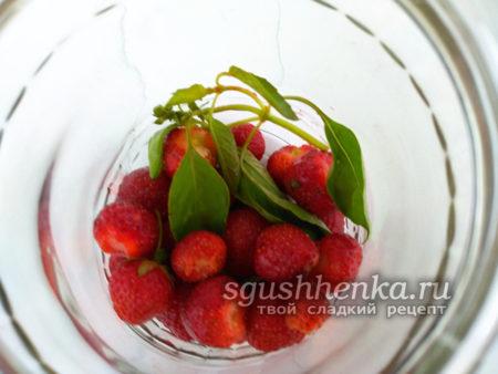 уложить ягоды в банку