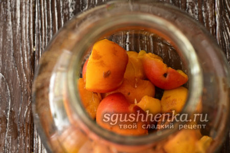 положить половинки абрикос