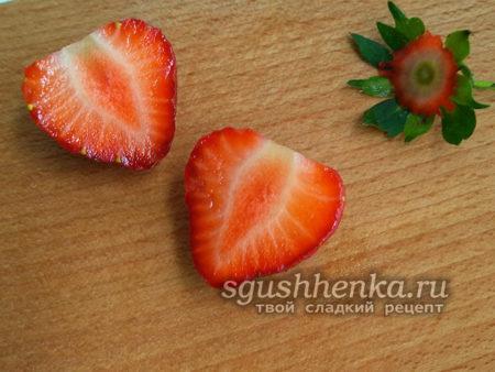 ягоды разрезать на две части