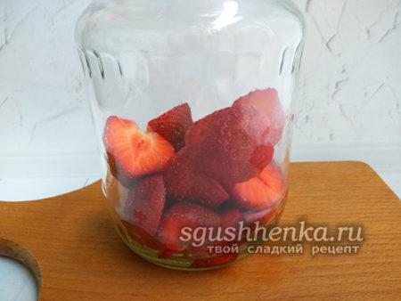 в банку выложить ягоды