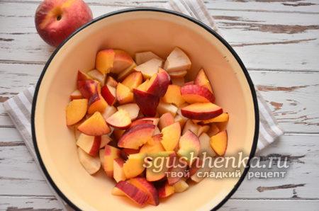 персики нарезать кусочками