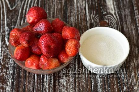 сахар и ягоды клубники