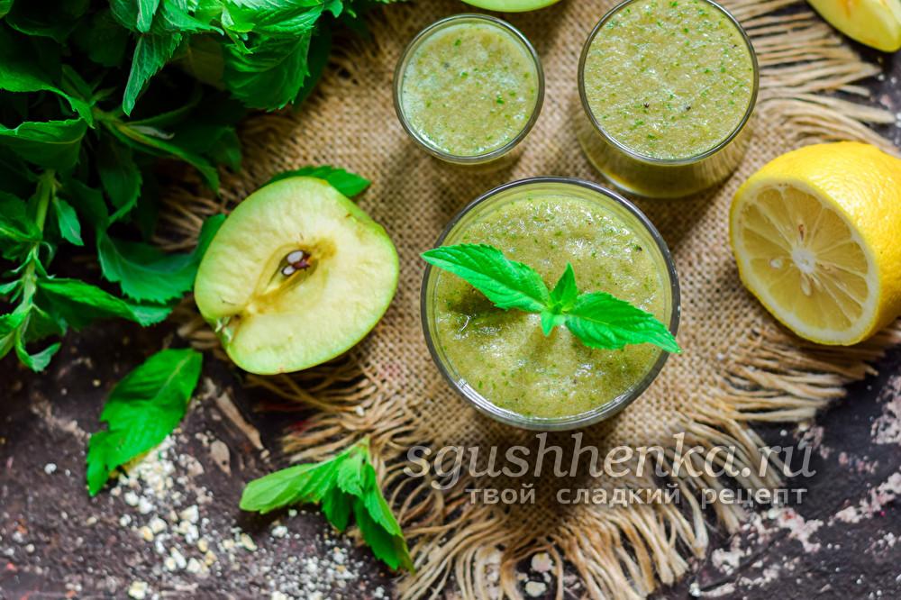 зеленый смузи из шпината и фруктов