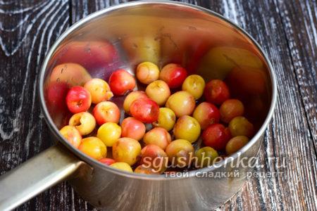 положить ягоды в кастрюлю