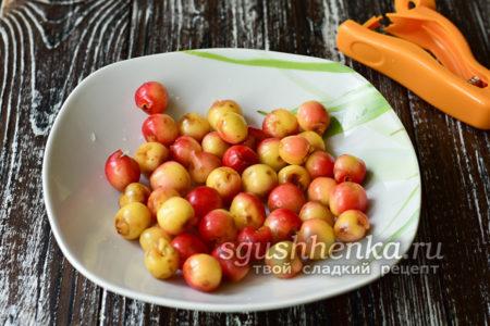 вытащить из ягод все косточки