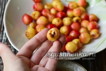 заполнить места косточек грецкими орехами