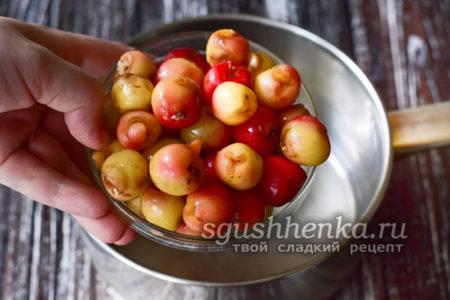 добавить ягоды черешни