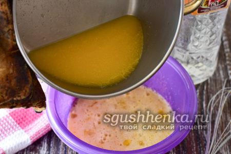 влить растопленный маргарин