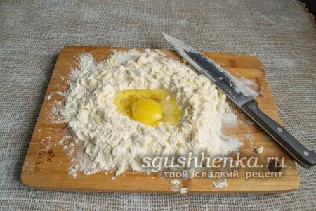 разбить куриное яйцо