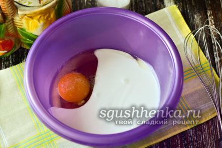 соединить кефир с яйцом
