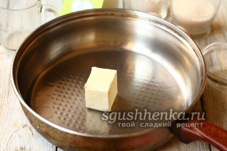 кусок сливочного масла на сковороде