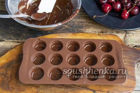 наполнить ячейки шоколадом