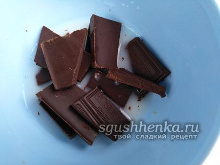 поломать на куски шоколад