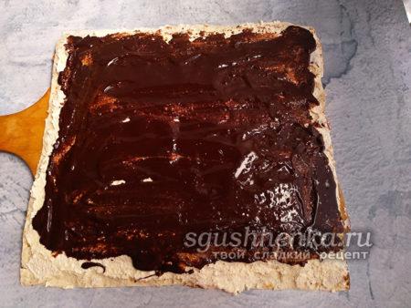 шоколад распределить по поверхности