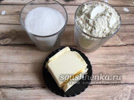 сливочное масло, мука и сахар