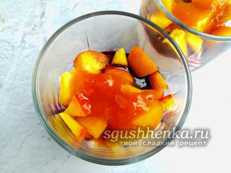 влить абрикосовый конфитюр