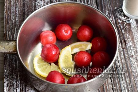 нарезать лимон на дольки