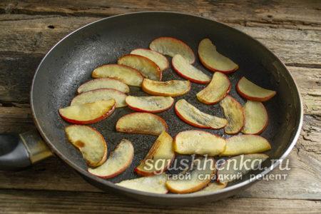 яблочные ломтики обжарить