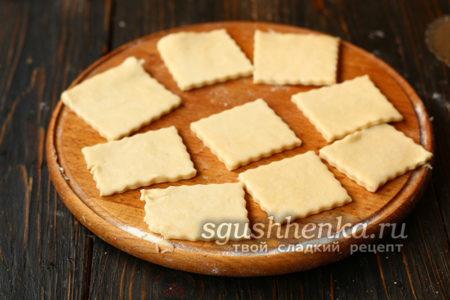 разрезать тесто на квадратики