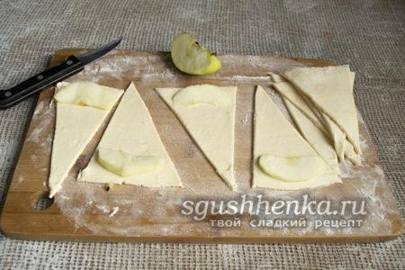 добавить яблочный ломтик