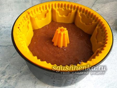 влить тесто в форму
