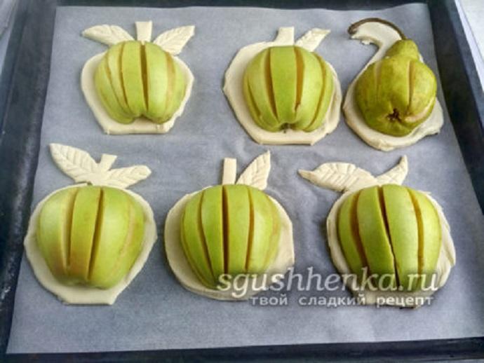 вырезать тесто в форме яблок
