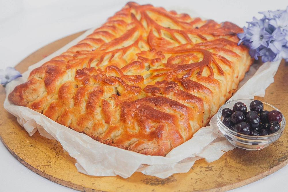 Пирог из слоеного теста с творогом и смородиной