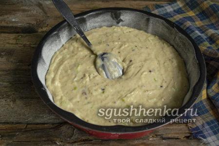 выложить тесто в форму