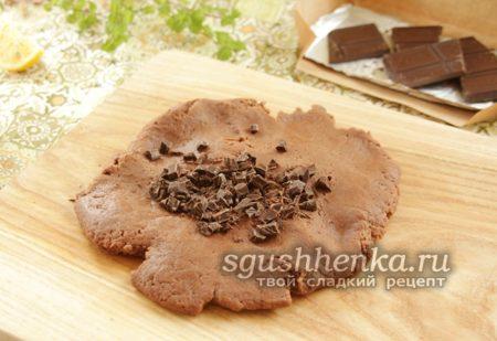 посыпать шоколадной крошкой