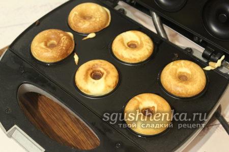 выпекать пончики до готовности