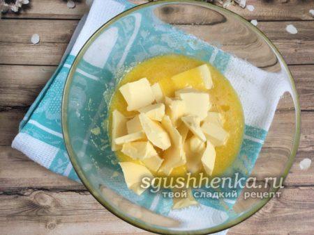 добавить кусочки сливочного масла