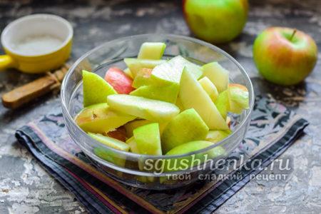 нарезать яблоки на дольки