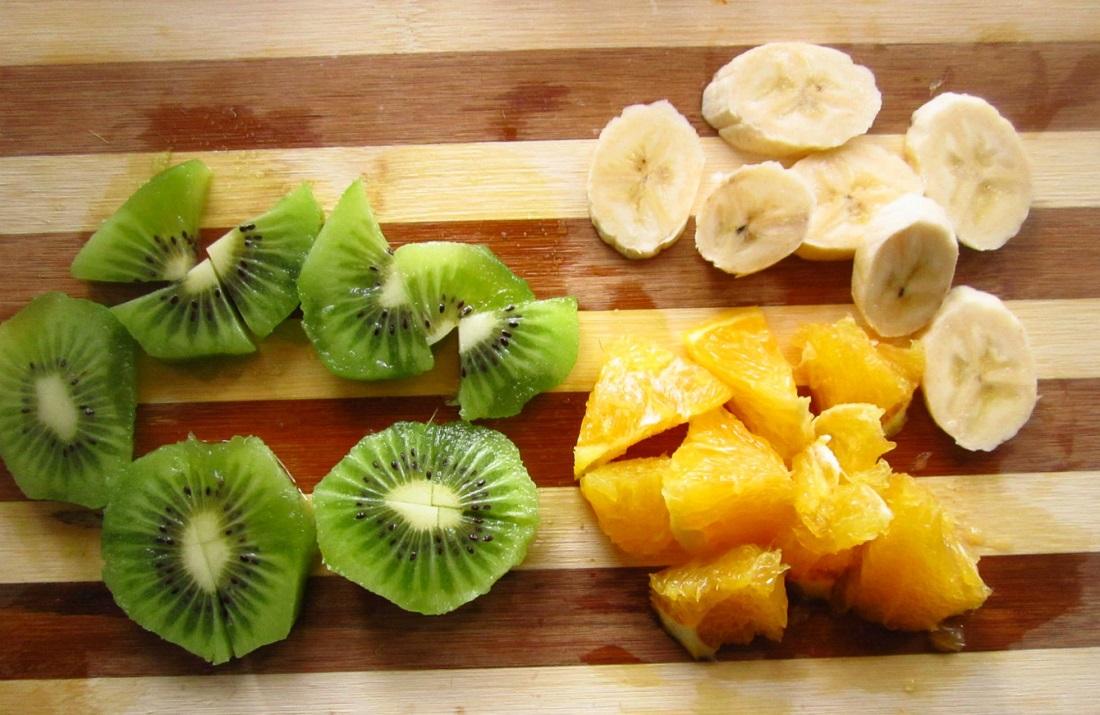 нарезанные кусочками фрукты