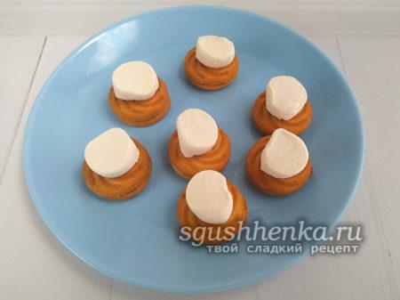 уложить половинки маршмеллоу на печенье